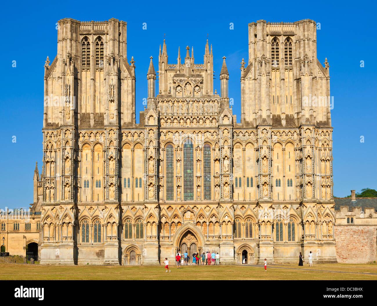 Visiteurs en avant de la façade de la cathédrale de Wells Wells Somerset England UK GB EU Europe Banque D'Images