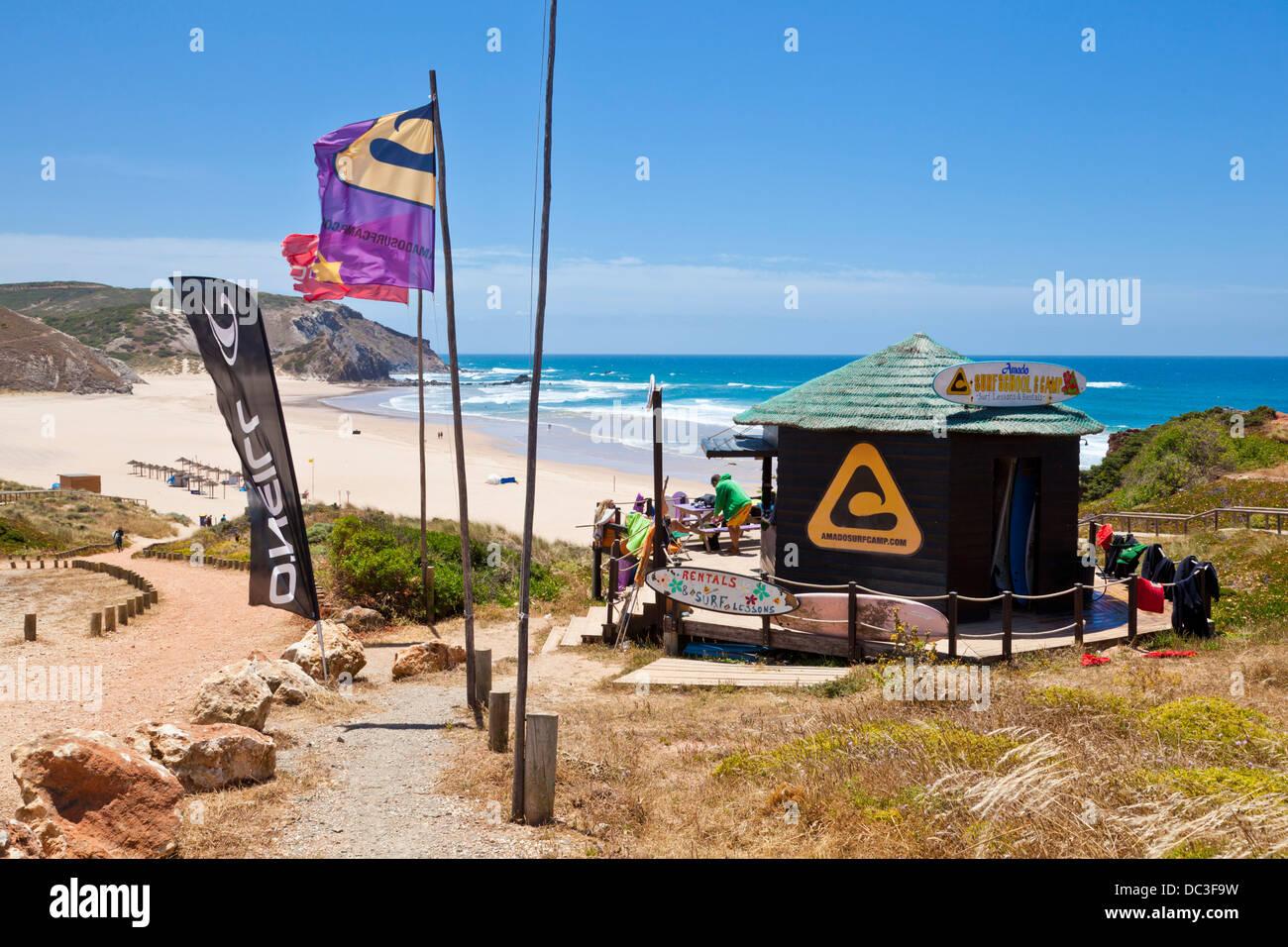 Surf Shop au-dessus de la plage Costa Vincentina Amado ouest du parc national de la côte de l'Algarve Portugal Photo Stock