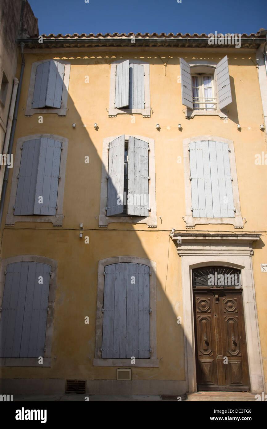 Couleur Volet En Provence des fenêtres à volets maison de ville jaune arles provence