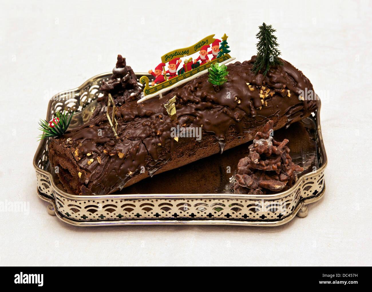 """""""Bûche de Noël"""" (bûche de Noël), c'est un Chocolat noir fourré de confiture Photo Stock"""