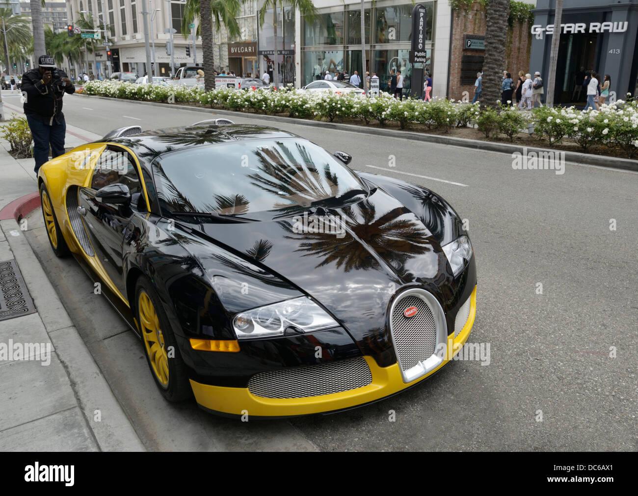 Bugatti Veyron avec toursit Prendre photo, Rodeo Drive, Beverly Hills, CA Banque D'Images
