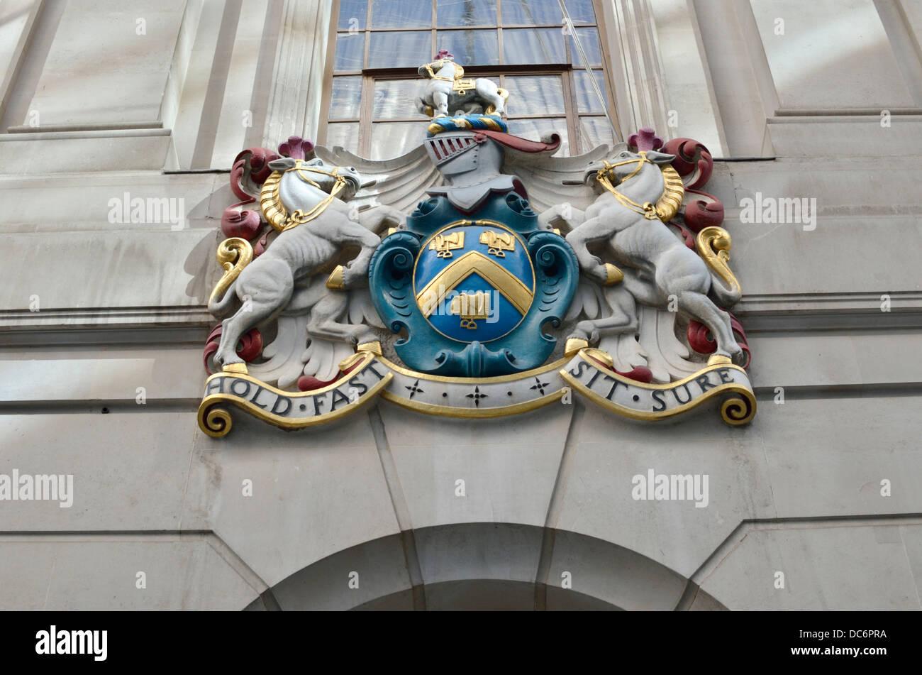 Tenez-vous assis devise sur le blason de Worshipful Company de selliers, London, UK Photo Stock
