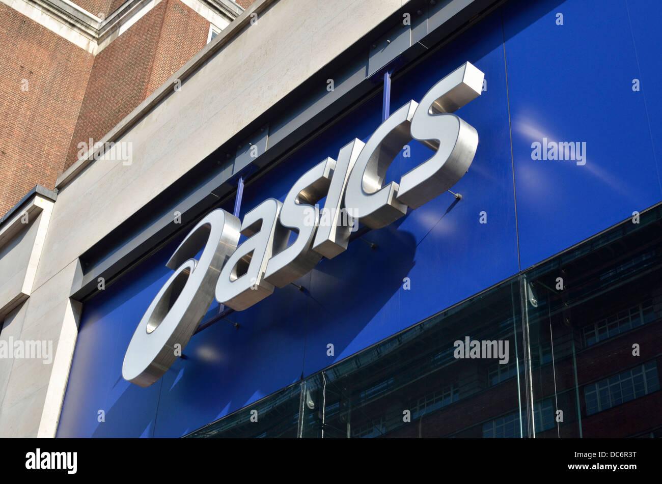 ad715a30eac7a Détaillant de vêtements de base logo signe au-dessus du magasin d Oxford  Street