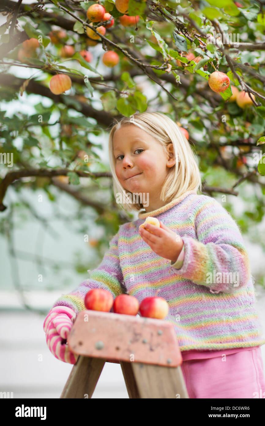 Girl (2-3) apple dégustation Banque D'Images
