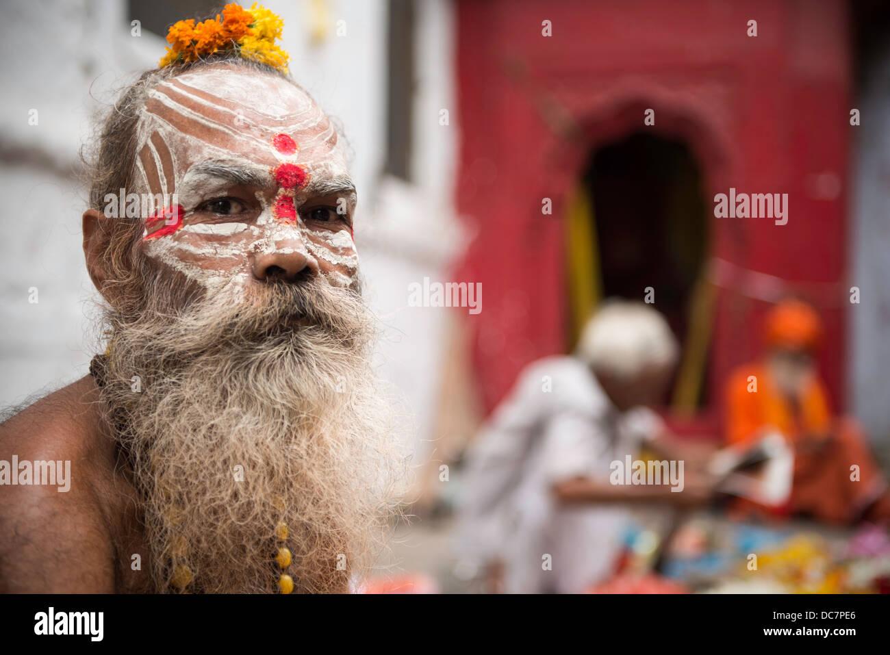 Sadhu, saint homme Kachaudi off Gali, Varanasi, Uttar Pradesh, Inde Photo Stock