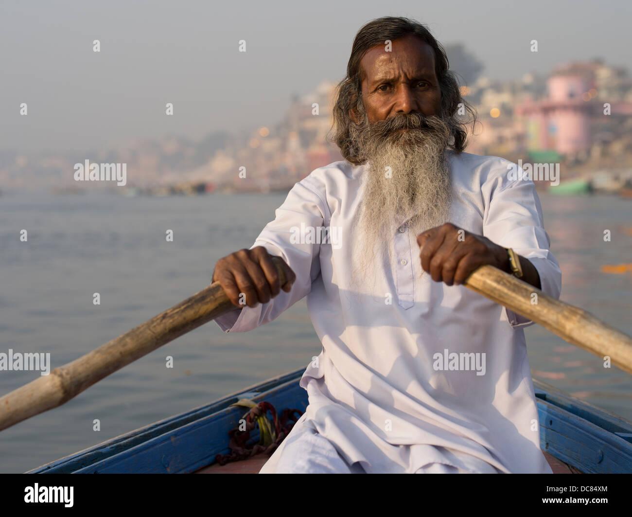 Sadhu saint homme sur les rives de la rivière Ganges - Varanasi, Inde Photo Stock