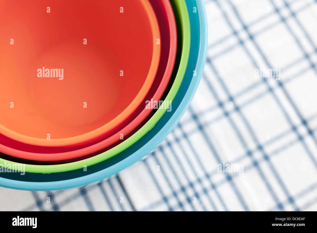 Quatre bols de couleur bleu sur un chiffon de check table. Vue d'en haut. Des cercles concentriques. Photo Stock