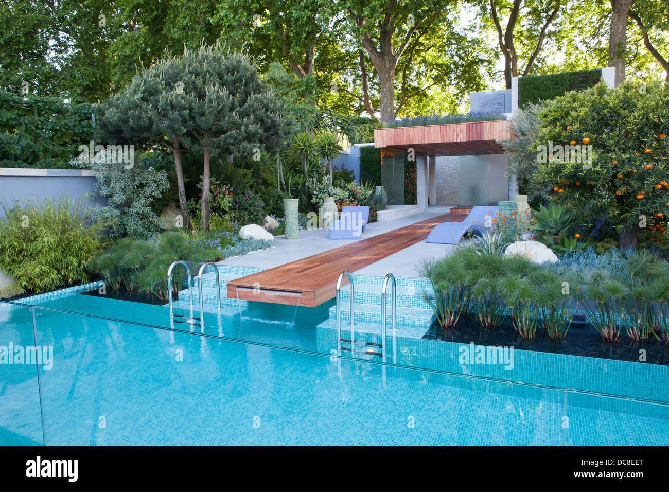 Fauteuils Modernes A Cote D Une Piscine Dans Un Jardin De Style