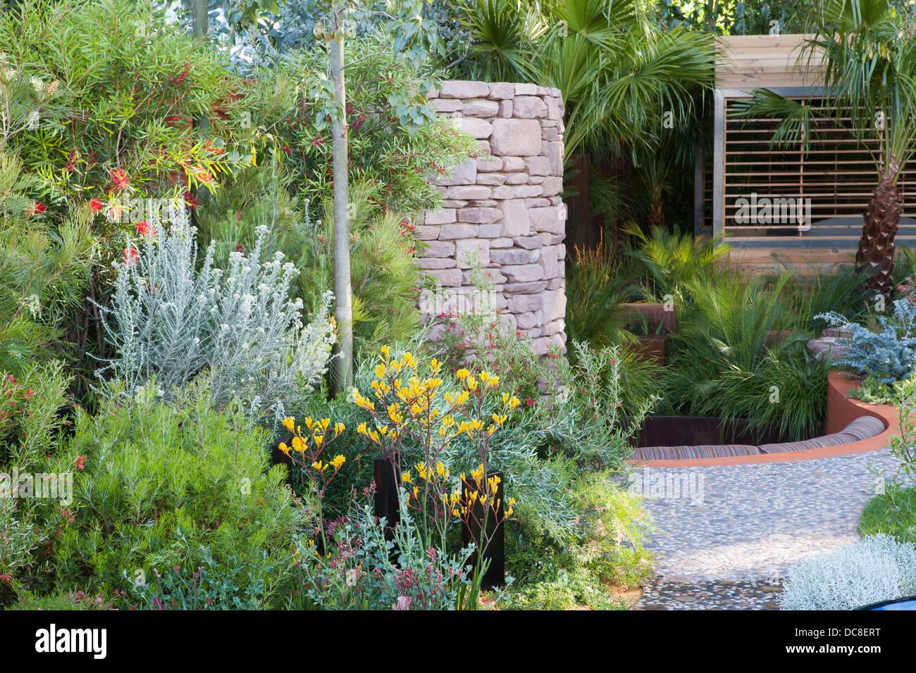 Fauteuils modernes à côté d\'une piscine dans un jardin de ...