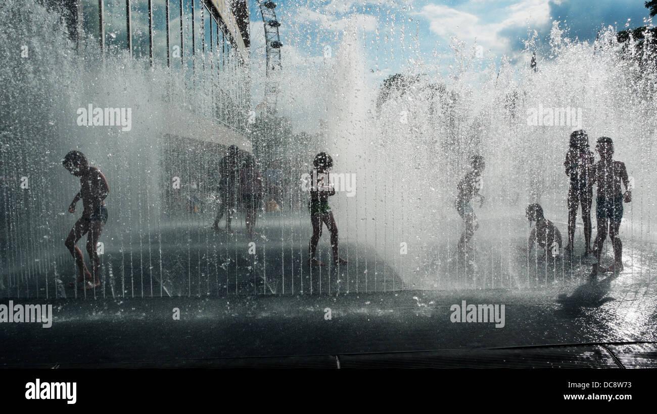 Les enfants jouant dans 'figurant' Chambres fontaine à Jeppe Hein en été à l'extérieur Photo Stock