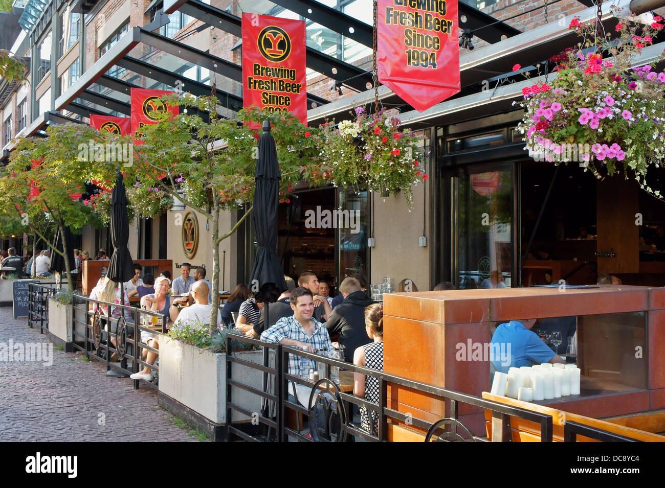 Les gens à manger sur la terrasse extérieure de Yaletown Brewing Company restaurant à Yaletown, Vancouver, Photo Stock