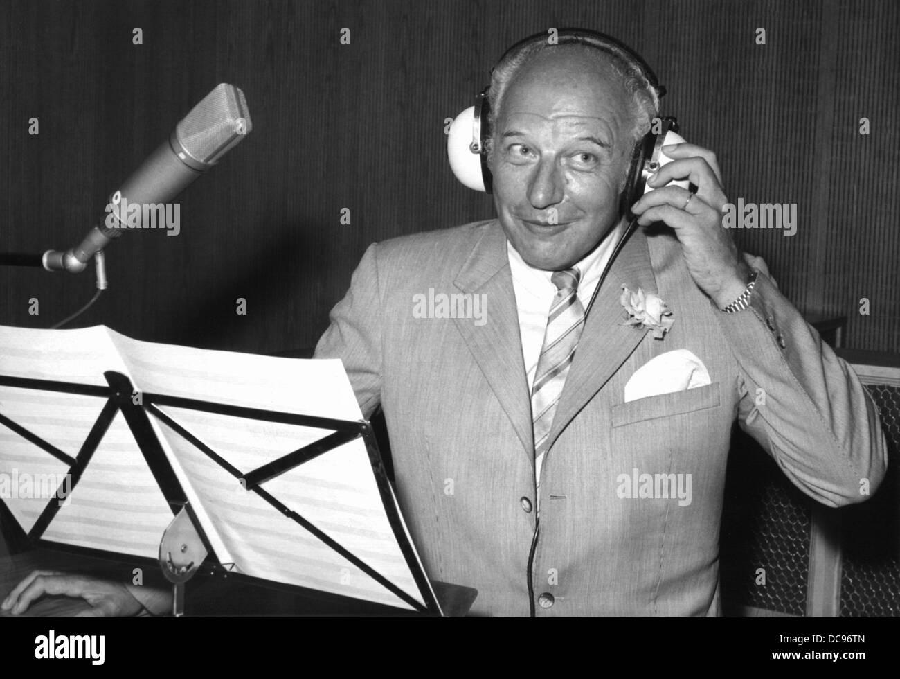 Politicien FDP Walter Scheel enregistre une chanson en studio de son. Le ministre fédéral des affaires étrangères et, plus tard, le président allemand a eu une performance de chant à la télévision à la fin de 1973. Banque D'Images