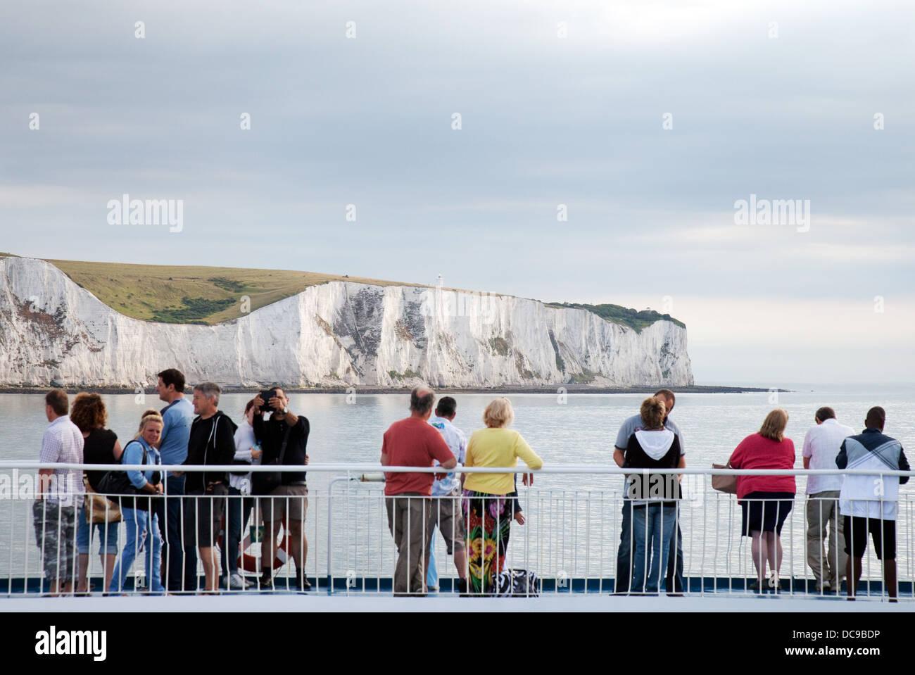 Cross Channel car-ferry à passagers à la recherche les falaises blanches de Douvres en tant qu'ils Photo Stock
