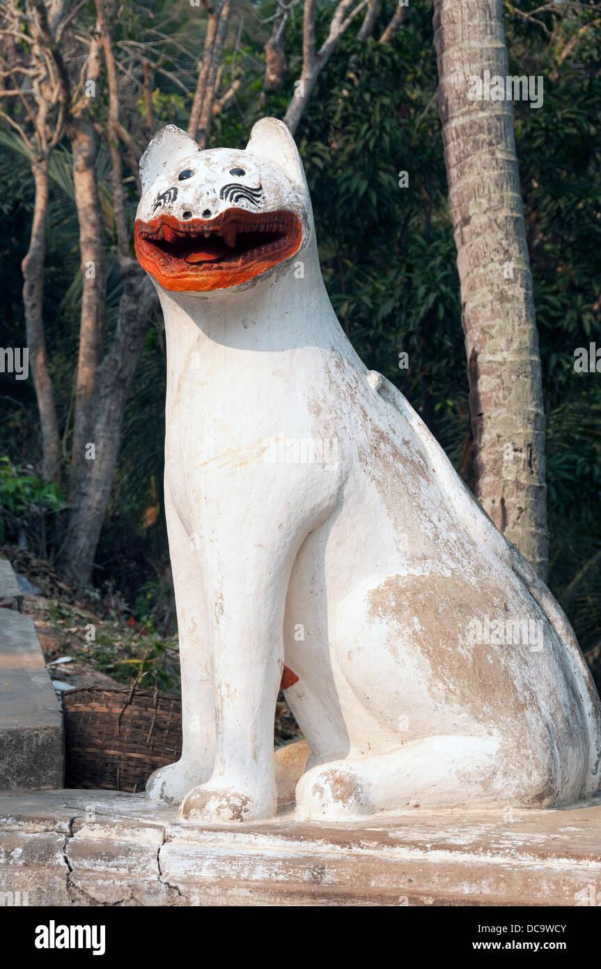 Elk209-1395v Laos, Luang Prabang, Wat Xieng Thong, gardien lion figure Photo Stock