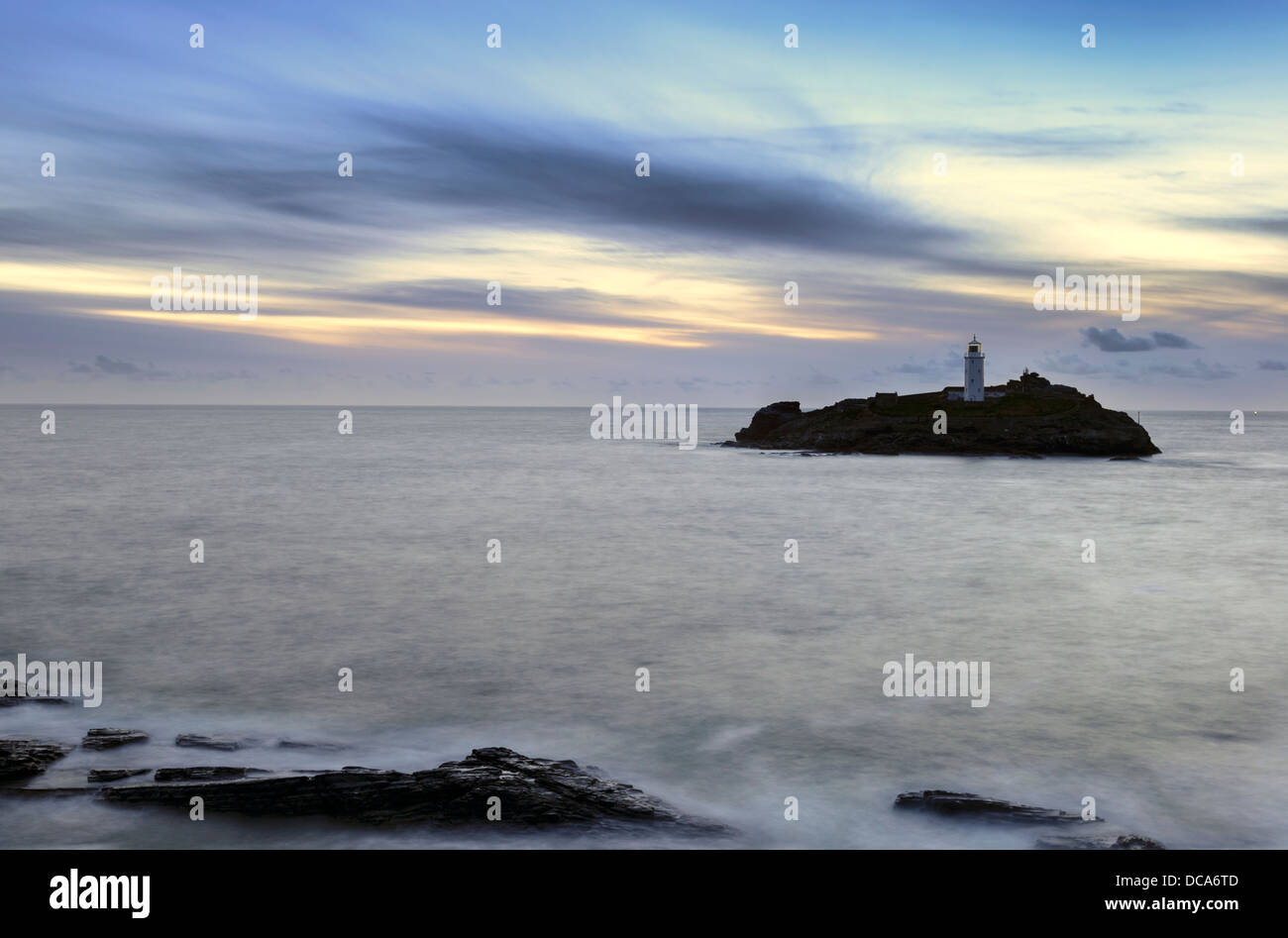 Crépuscule au phare de Godrevy près de St Ives en Cornouailles Photo Stock