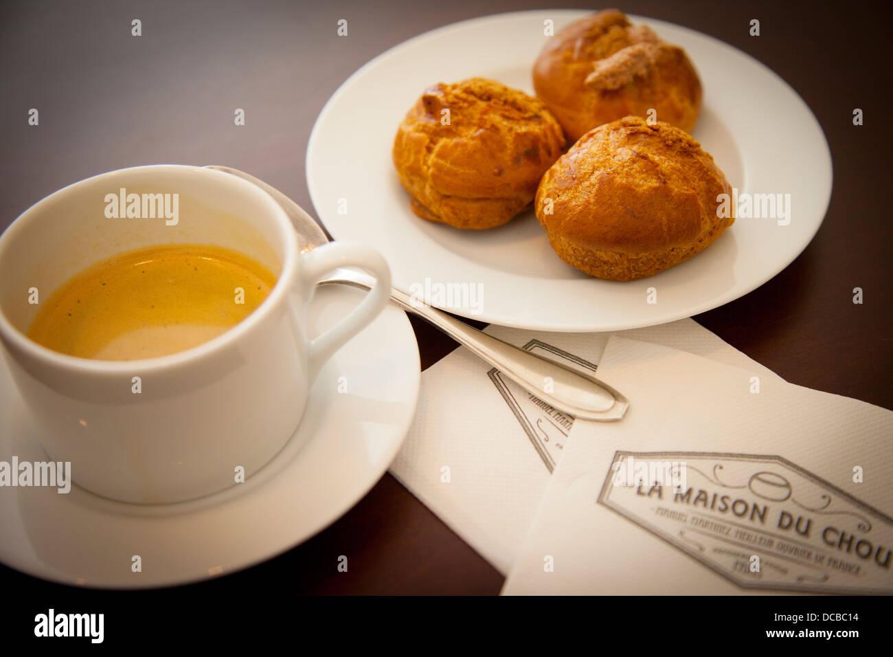 Choux à la crème double expresso et primé de Pattiserie, La Maison du chou, Saint-Germain-des-Prés, Photo Stock