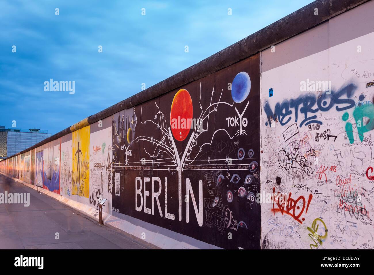 Le mur de Berlin East Side Gallery,la nuit,Berlin,Allemagne Photo Stock