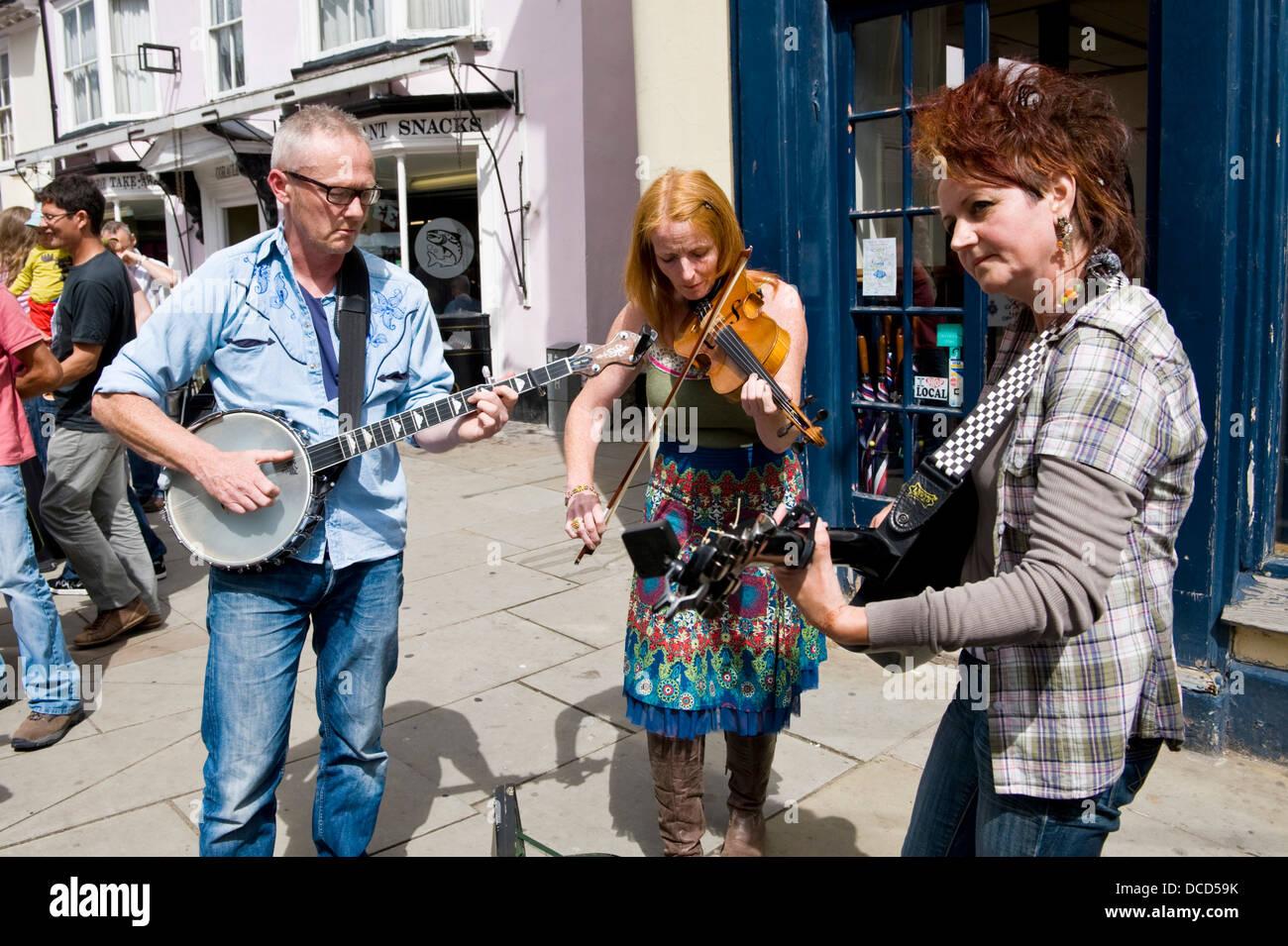 Acoustique Bluegrass band Hershel's Barn jouer dans la rue au cours de Brecon Jazz Festival 2013 Banque D'Images