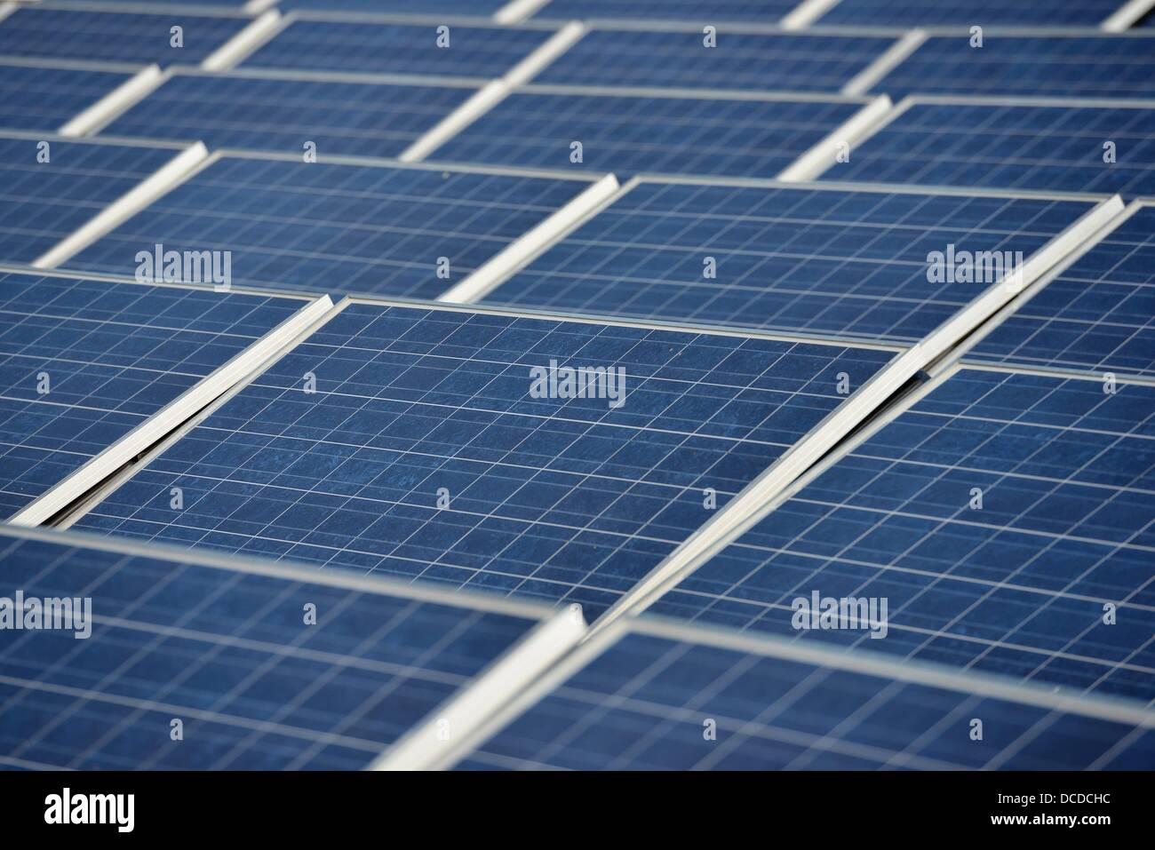 Des panneaux solaires d'une usine d'énergie solaire sont vus sur un toit d'une maison dans la région Photo Stock
