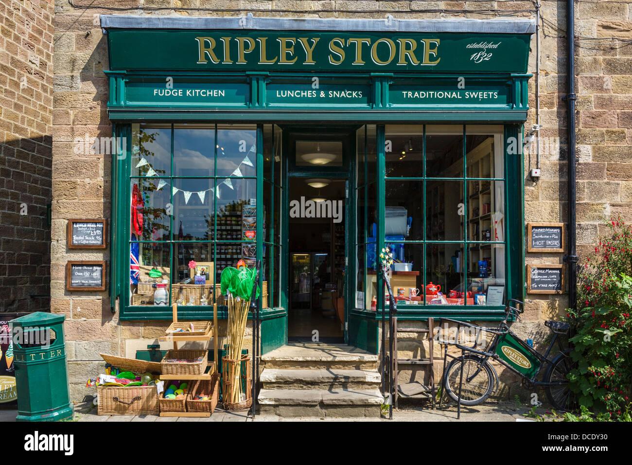 Historique Le magasin Ripley, créé en 1832, dans le centre du pittoresque village de Ripley, North Yorkshire, Photo Stock