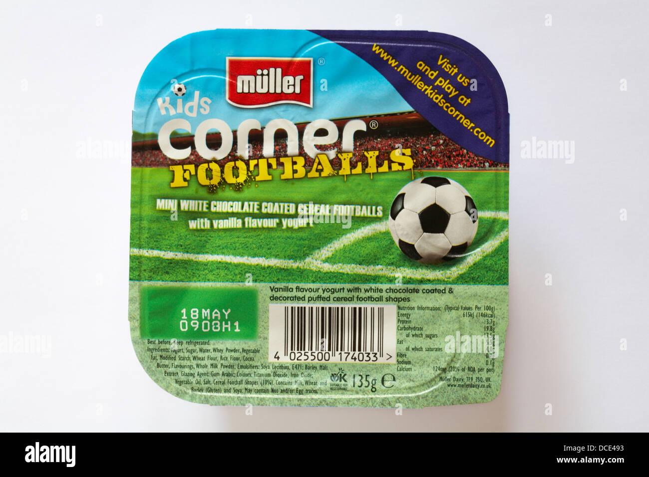 Muller kids corner mini Ballons Ballons de céréales enrobées de chocolat blanc saveur de vanille yaourt isolé sur blanc - yaourt Banque D'Images