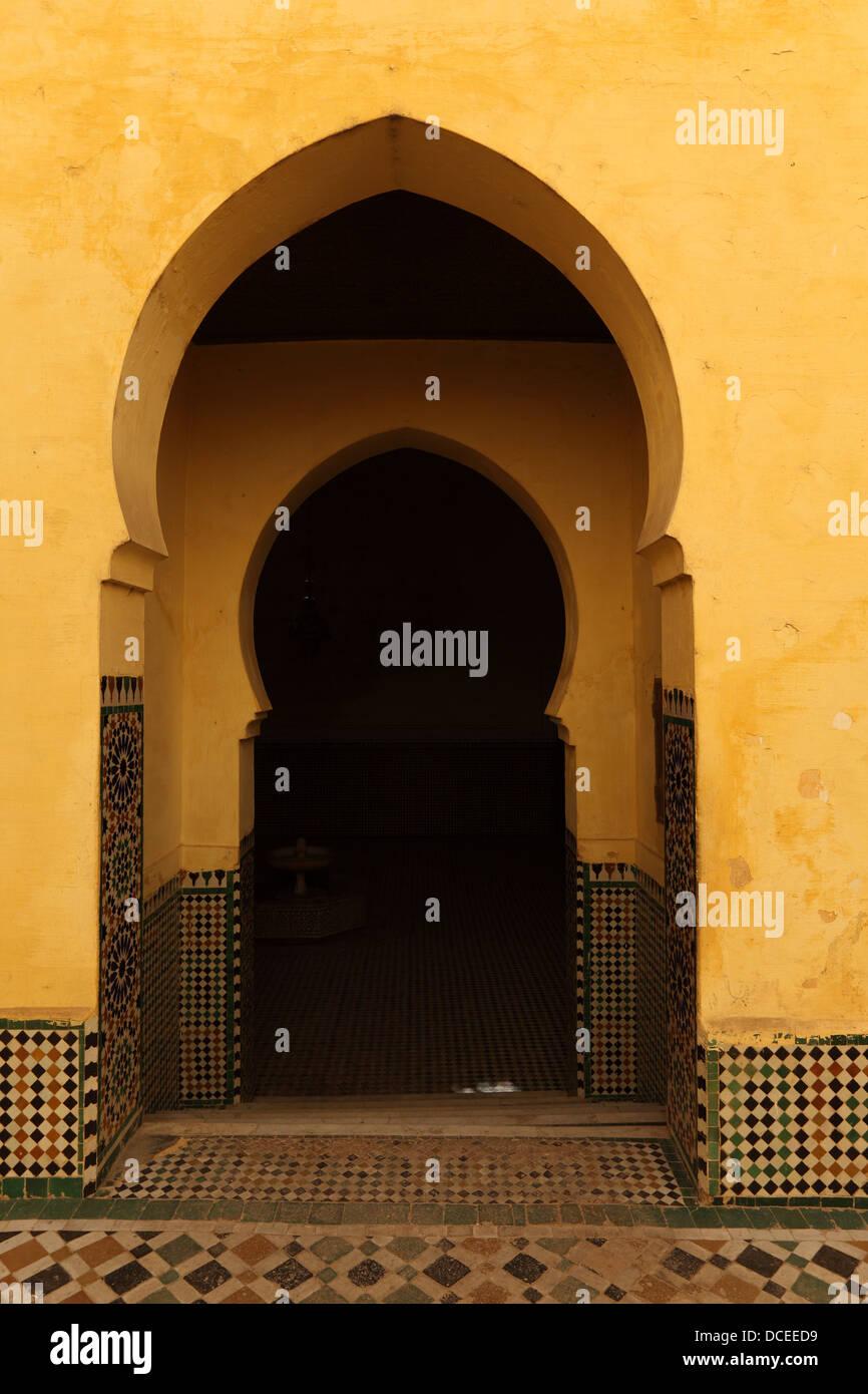 Passage Oriental portes dans la médina de Meknès, Maroc Photo Stock