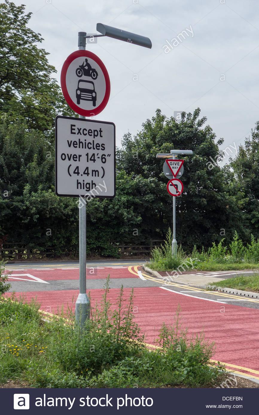 Signe inhabituel un réglage de hauteur minimale pour les véhicules d'accéder à une jonction Photo Stock