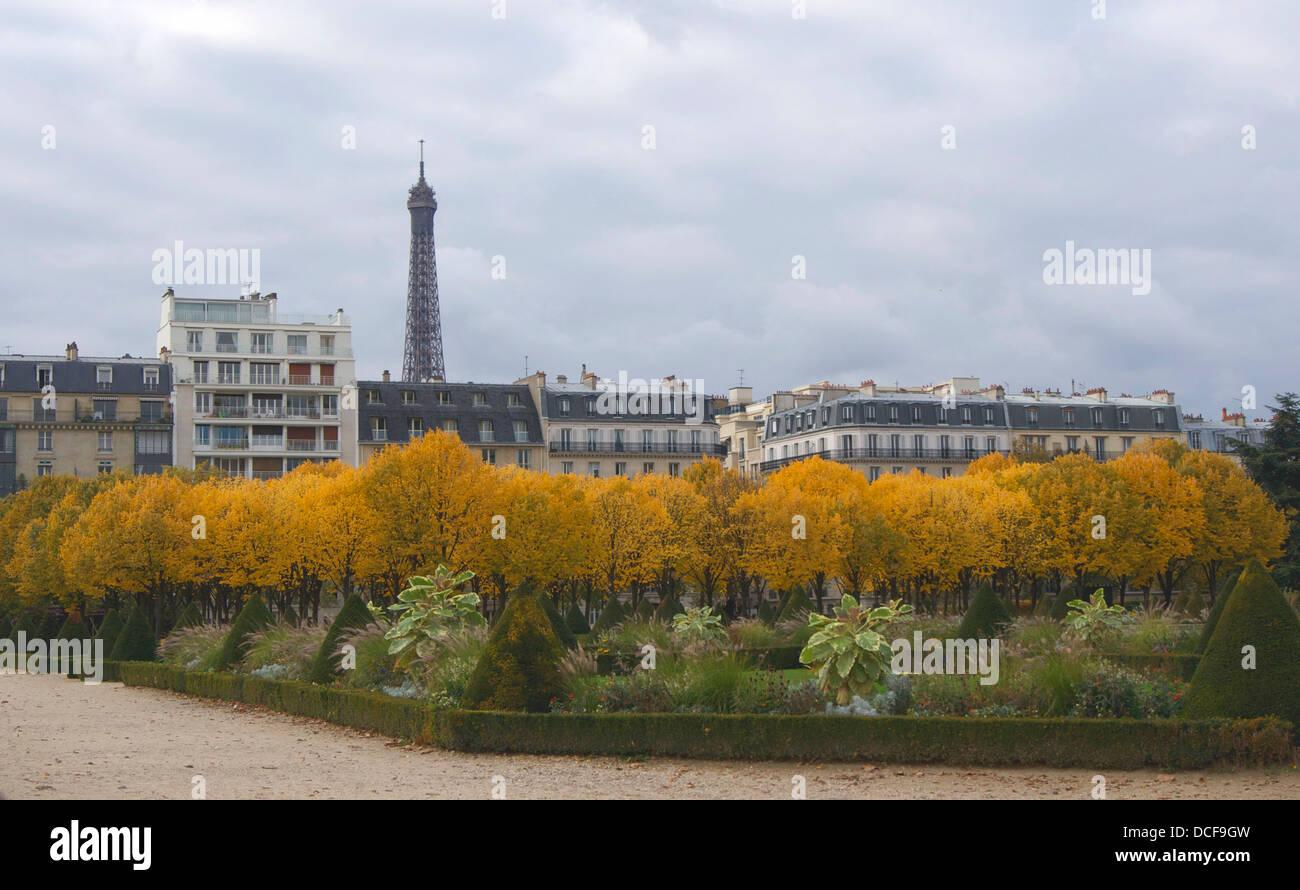 Couleurs d'automne - boulevard de La Tour Maubourg, des Invalides, de la tour Eiffel en arrière-plan Banque D'Images