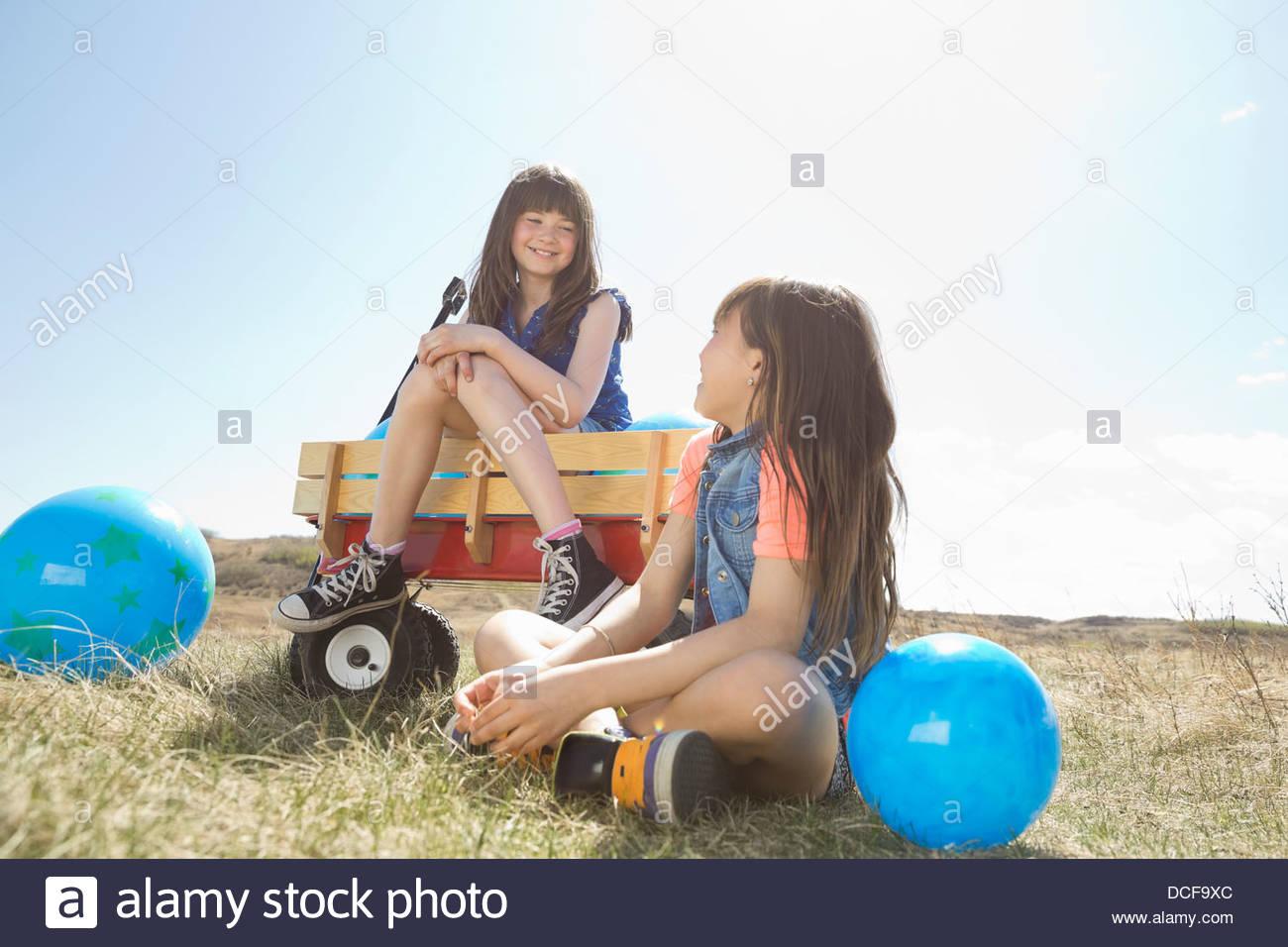 Smiling girls avec des ballons à l'un l'autre Photo Stock