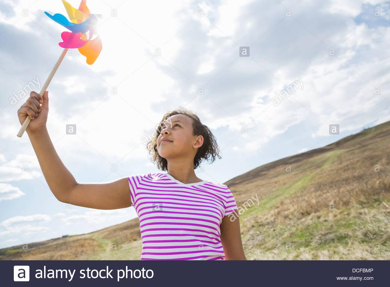 Jeune fille à la recherche jusqu'à la roue crantée Photo Stock