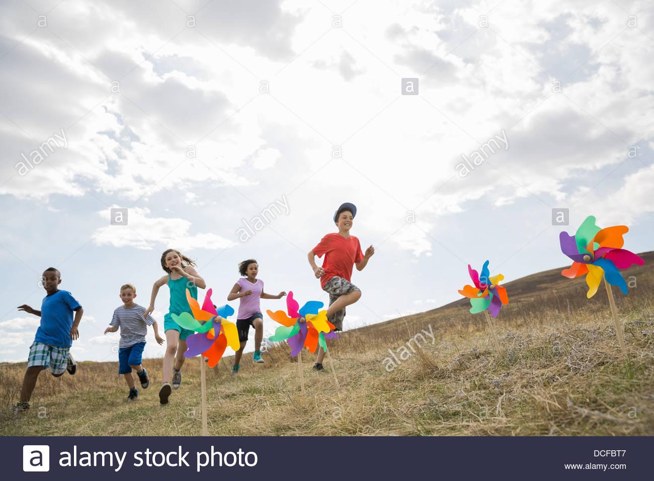 Enfants courant dans domaine Photo Stock