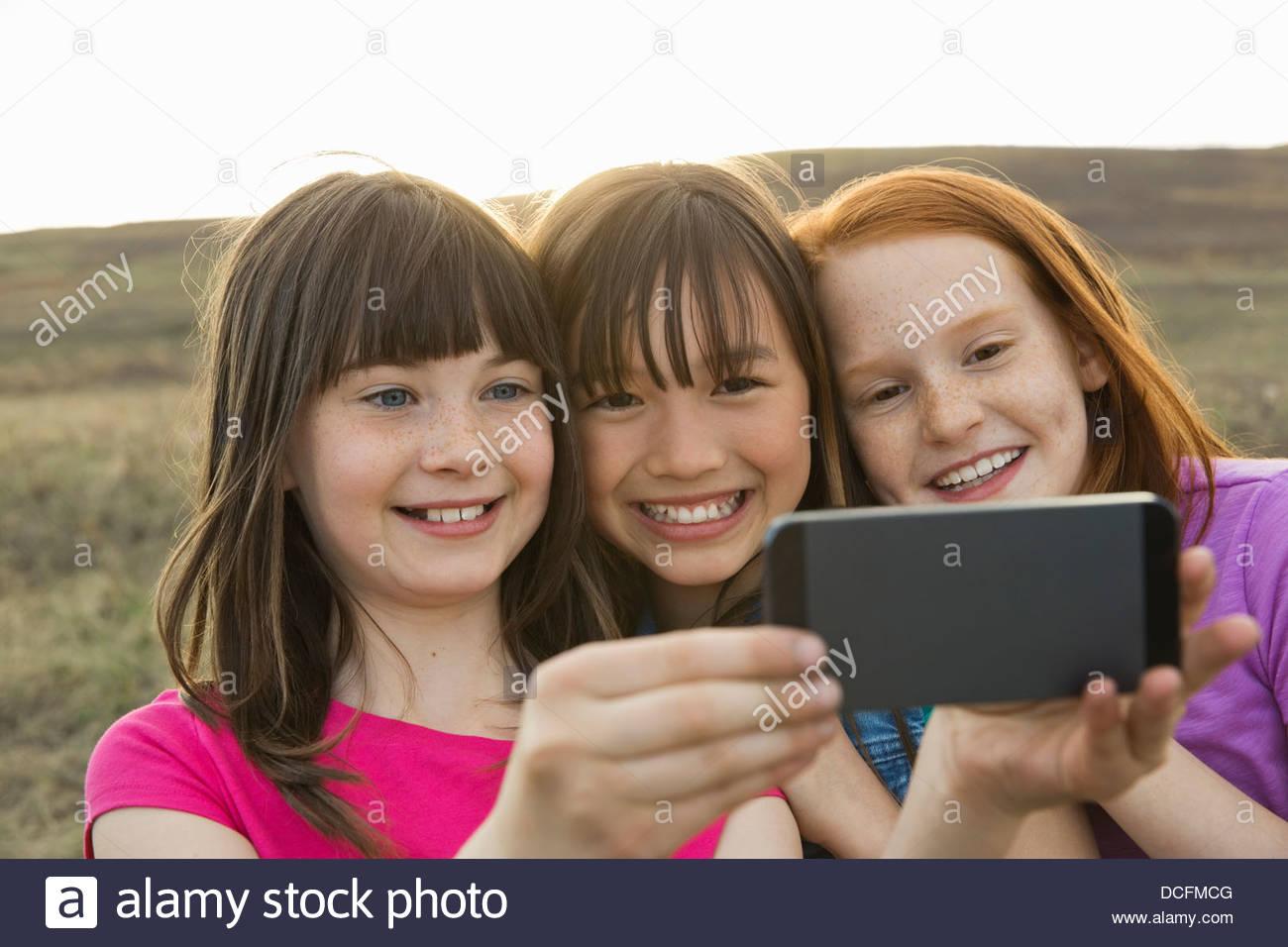 Ecolières taking self-portrait en extérieur sur smart phone Photo Stock