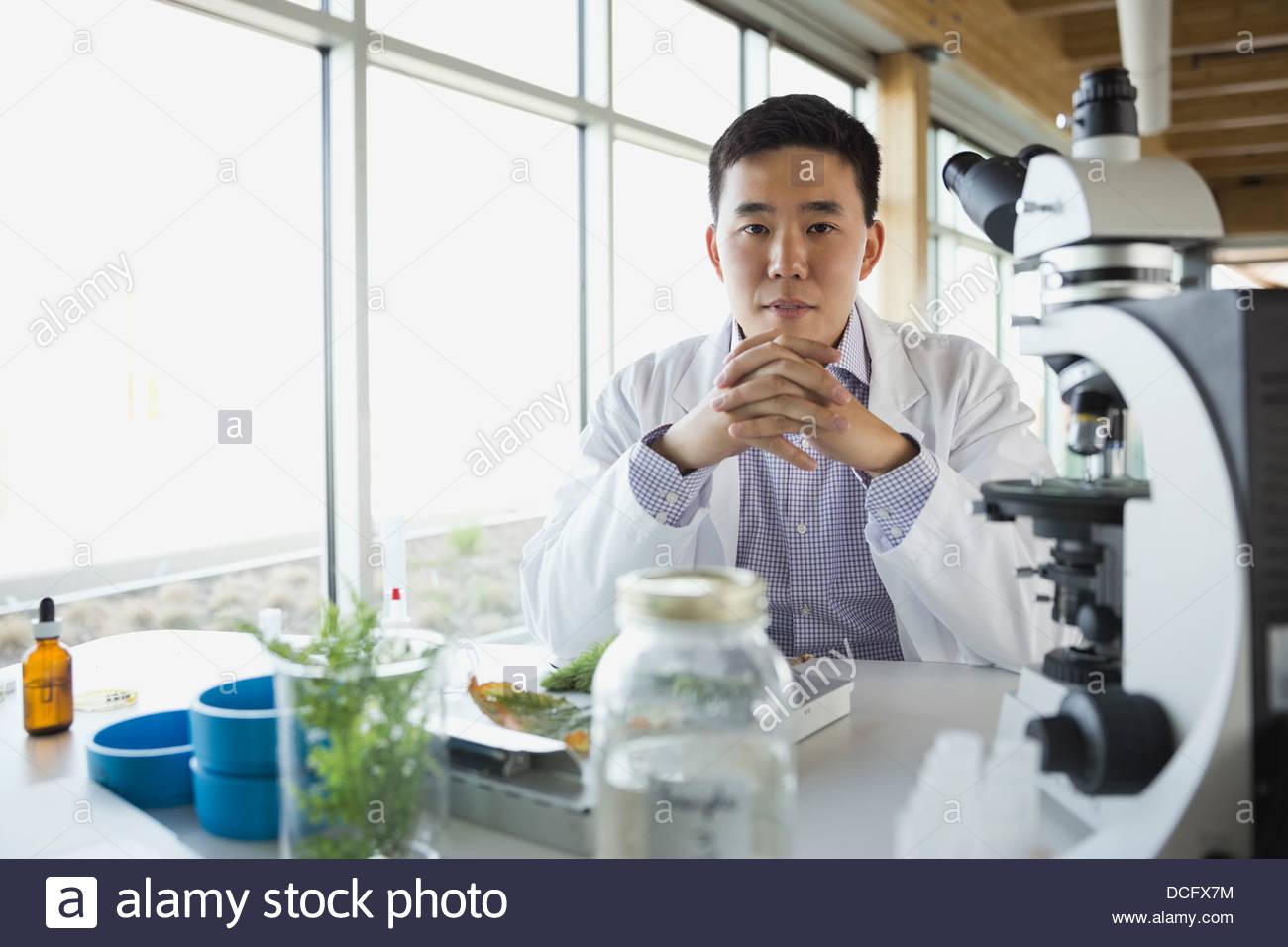 Portrait de laboratoire en séance botaniste Photo Stock