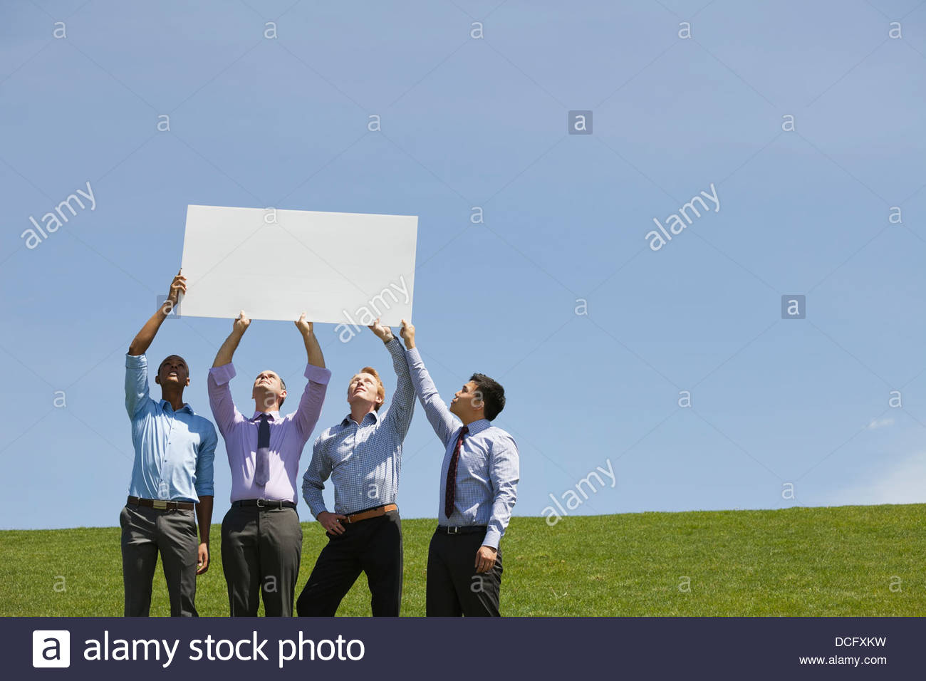 Groupe d'hommes d'ensemble holding blank sign Photo Stock