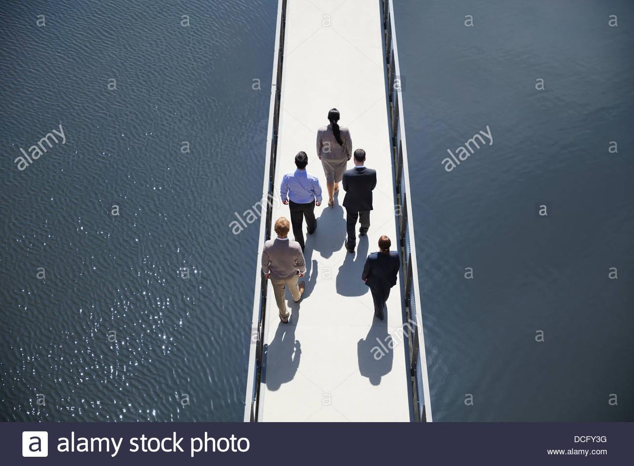 Les gens d'affaires en formation permanente sur le pont Photo Stock
