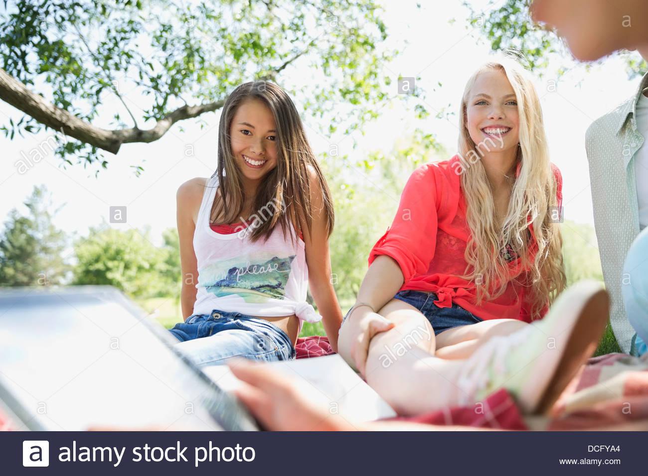 Les adolescents traînant ensemble Banque D'Images