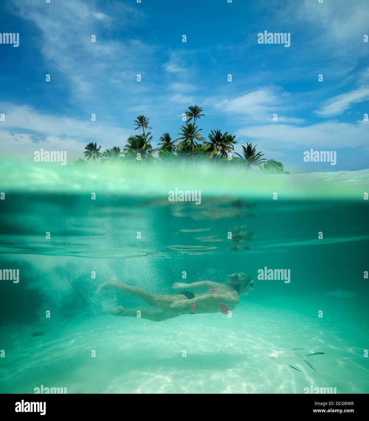 Femme en apnée dans une lagune tropicale Photo Stock