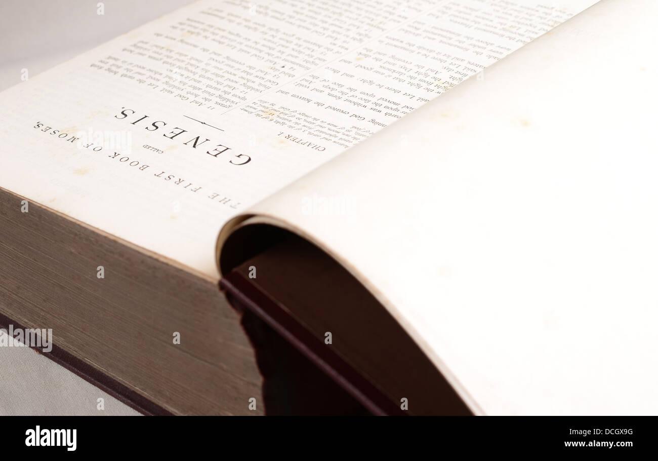 Page de la Bible ouverte sur la Genèse. Le premier livre de l'Ancien Testament Photo Stock