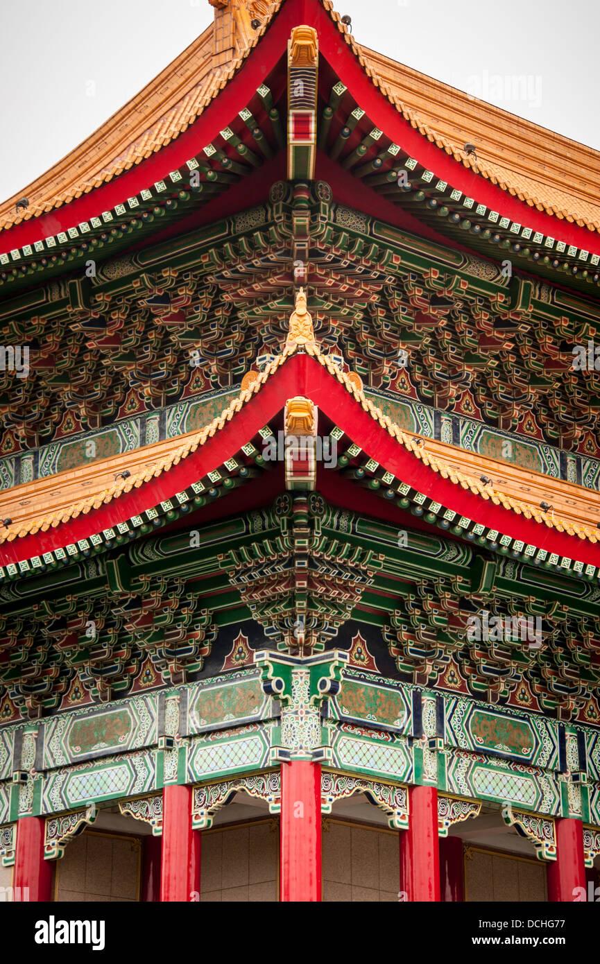 Un détail montrant le toit orné à l'angle de la National Concert Hall de Taipei, Taiwan. Photo Stock