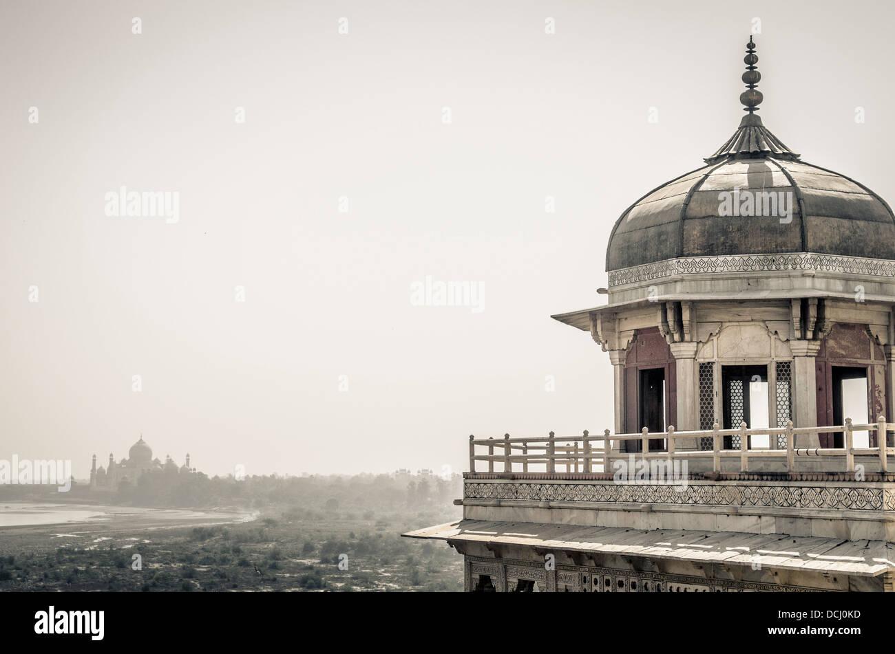 Taj Mahal vue sur l'horizon du Musamman Burj au Fort d'Agra / Fort Rouge, Agra, Inde site du patrimoine Photo Stock