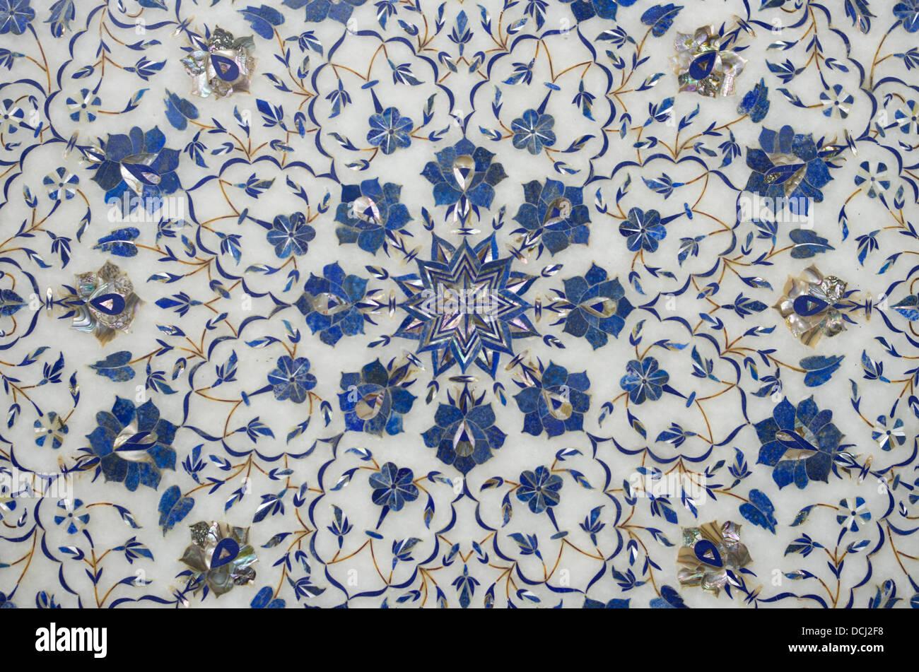 Plateaux en marbre blanc incrusté à vendre - Agra, Inde avec le lapis-lazuli, cornaline, malachite Photo Stock
