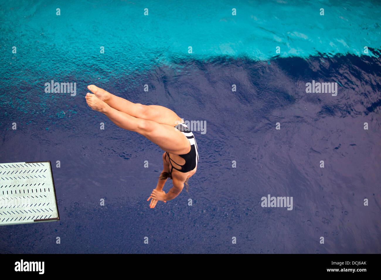Plongeur haut sauter dans l'eau Photo Stock