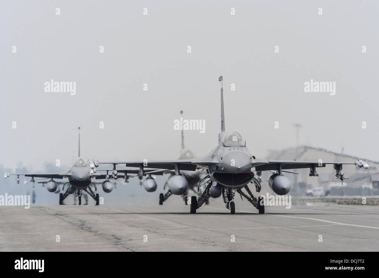 U.S. Air Force F-16 Fighting Falcon affecté à la 100e Escadron de chasse, Dannelly Field, Ala, taxi sur la piste au cours de l'exercice Red Flag Alaska 13-3 Le 12 août 2013, Eielson Air Force Base, en Alaska. Le F-16 est un appareil compact et polyvalent proposant un chasse-cos Banque D'Images