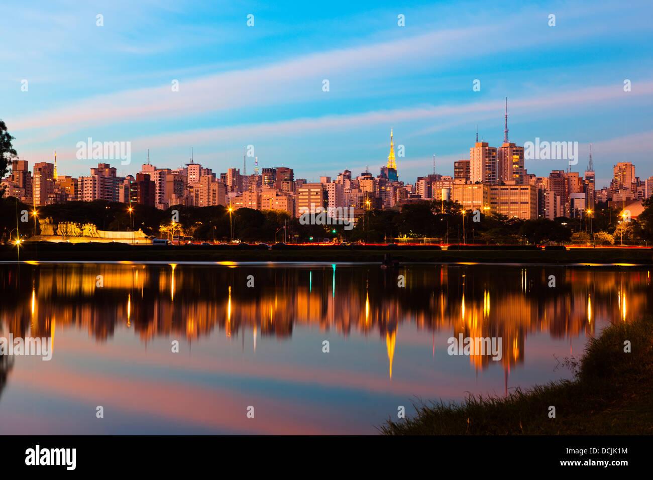 Sao Paulo skyline at sunset vu du parc Ibirapuera ( Parque Ibirapuera) un grand parc urbain de la ville, le Brésil. Photo Stock