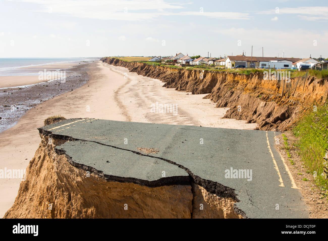 Une route côtière à Skipsea Ulrome entre et sur la côte Est, près de Yorkshires Skipsea, Photo Stock