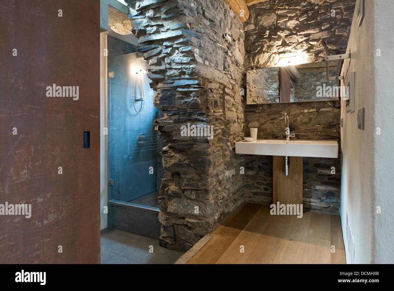 Salle de bains moderne et contemporain dans la maison rustique ...