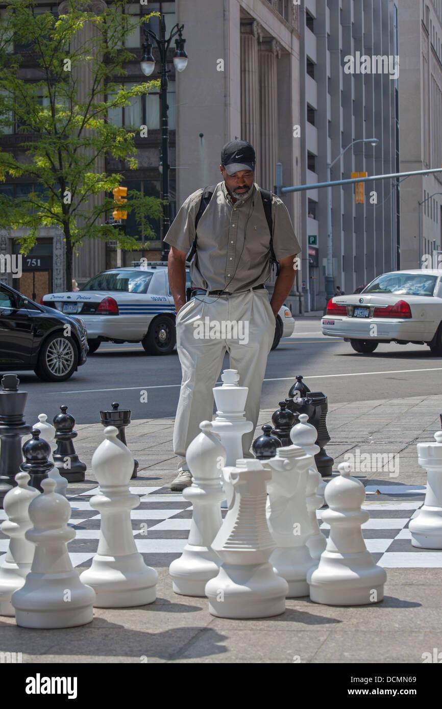 Detroit, Michigan - un homme considère son geste un trottoir d'échecs au centre-ville de Detroit. Banque D'Images