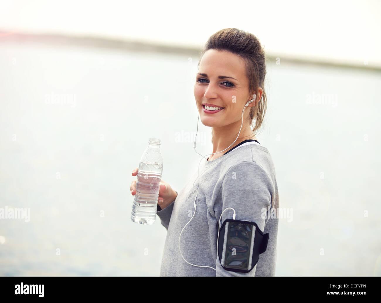 De l'eau femme sur une pause de l'eau en bouteille holding Banque D'Images