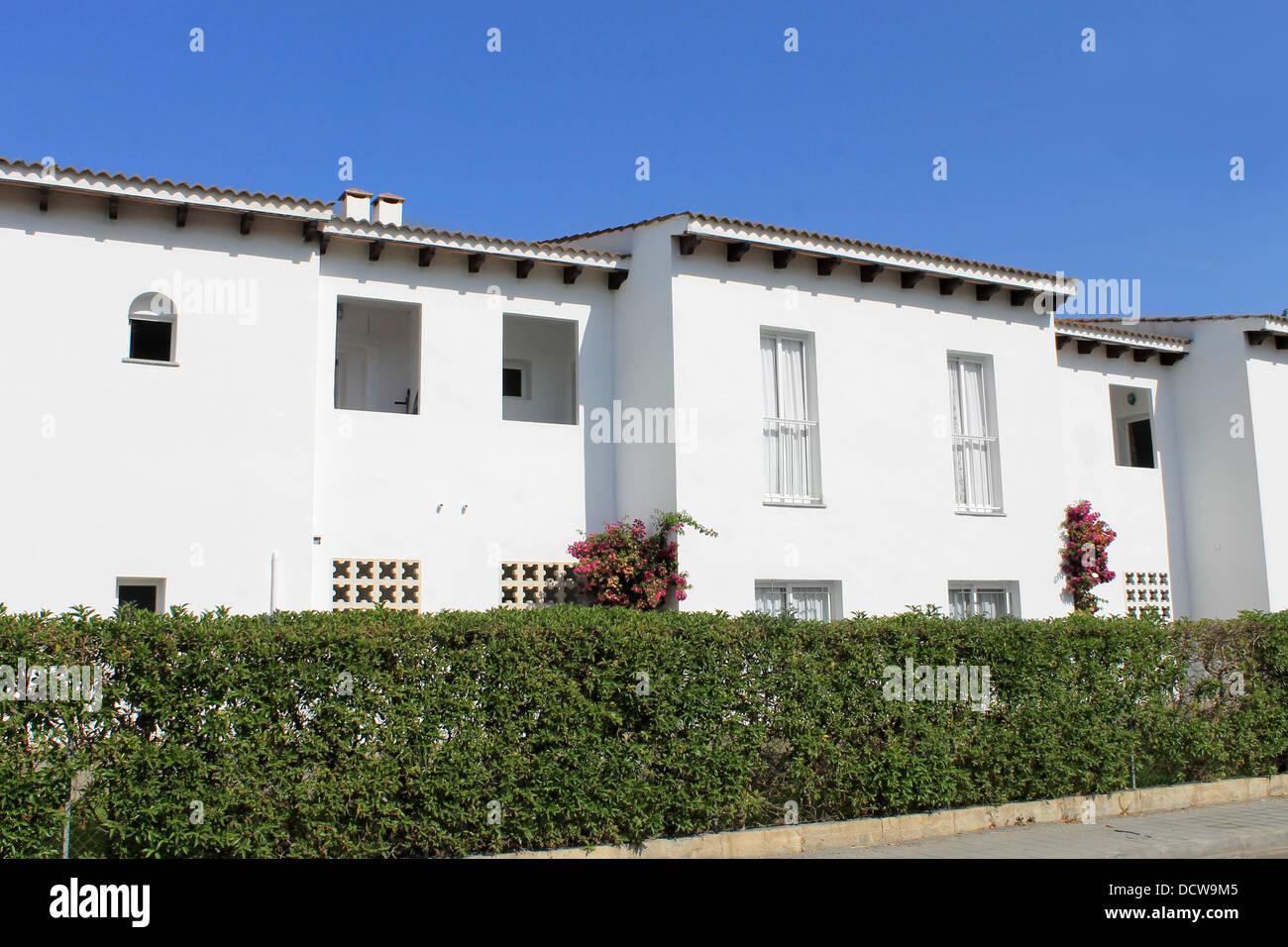 L'extérieur de l'espagnol blanc maisons avec fond de ciel bleu. Photo Stock