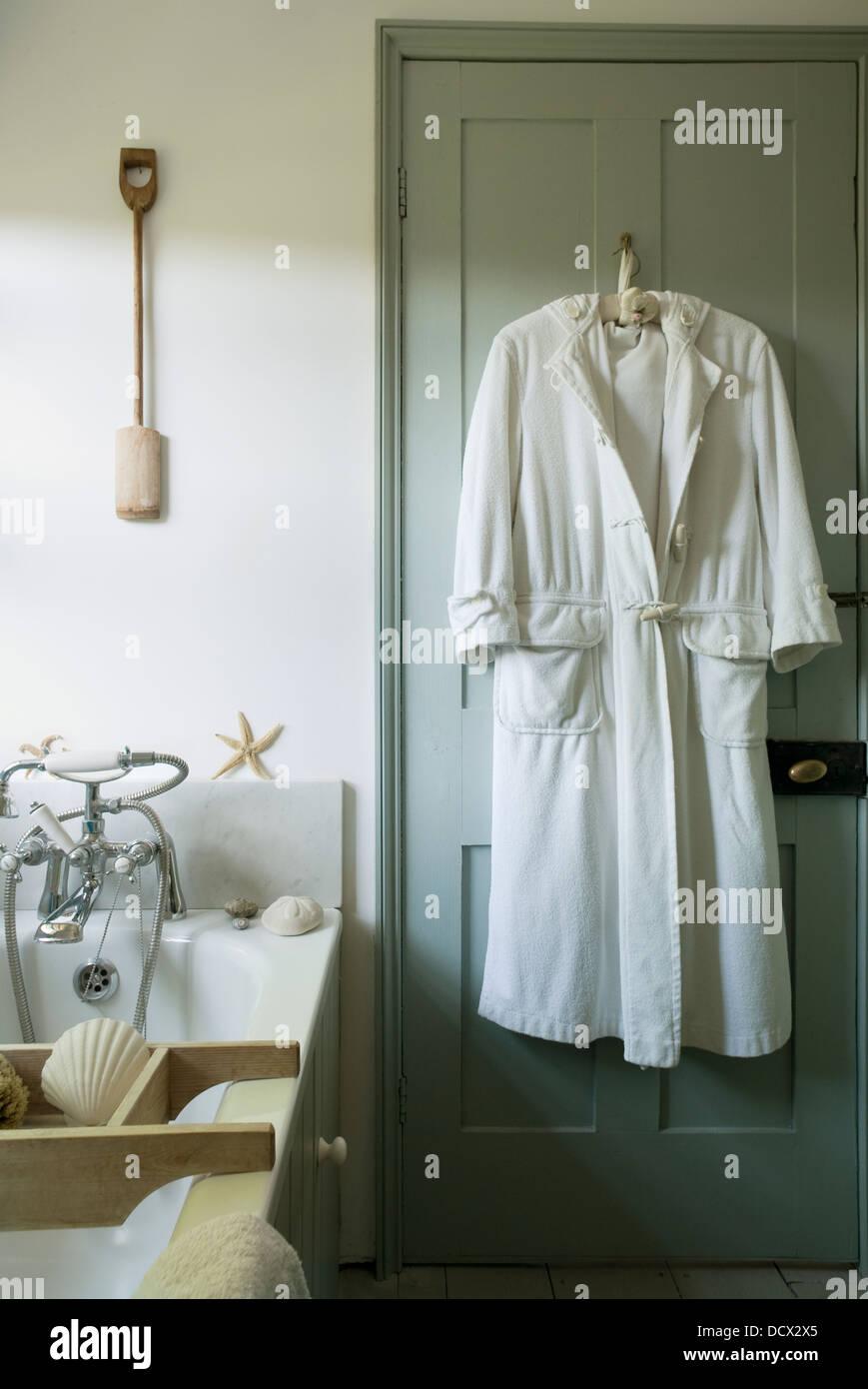 Peignoir Blanc Se Bloque L Arri Re De La Porte De La Salle De